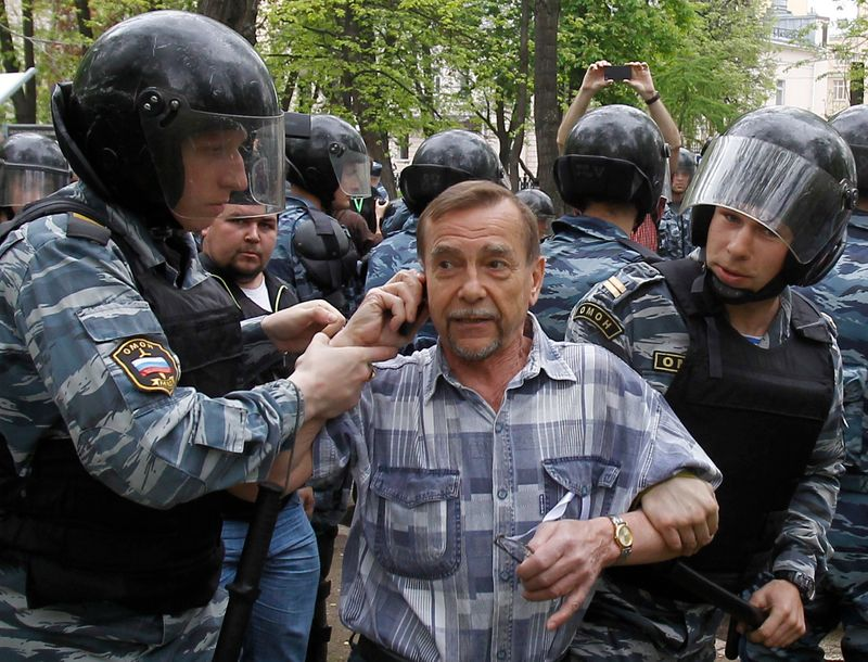 Riot police detain human rights activist Ponomaryov during unsanctioned protest in Moscow