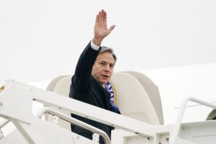 Secretary of State Antony Blinken waves as he departs, Monday, May 24, 2021, at Andrews Air Force Base, Md. Blinken is en route to the Middle East. (AP Photo/Alex Brandon, Pool)