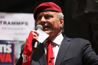"""NEW YORK, NEW YORK - MAY 20: NYC mayoral candidate Curtis Sliwa, founder of the Guardian Angels, speaks at a mask burning event at Empire Steakhouse in Manhattan on May 20, 2021 in New York City. Sliwa joined Empire Steakhouse staff as they burned masks while musical act The Trammps sang their famous song """"Disco Inferno."""" The event comes after Gov. Andrew Cuomo's announcement on Wednesday adopting the CDC's new guidance on mask and social distance requirements for New Yorkers who have been vaccinated against coronavirus (COVID-19). (Photo by Michael M. Santiago/Getty Images)"""