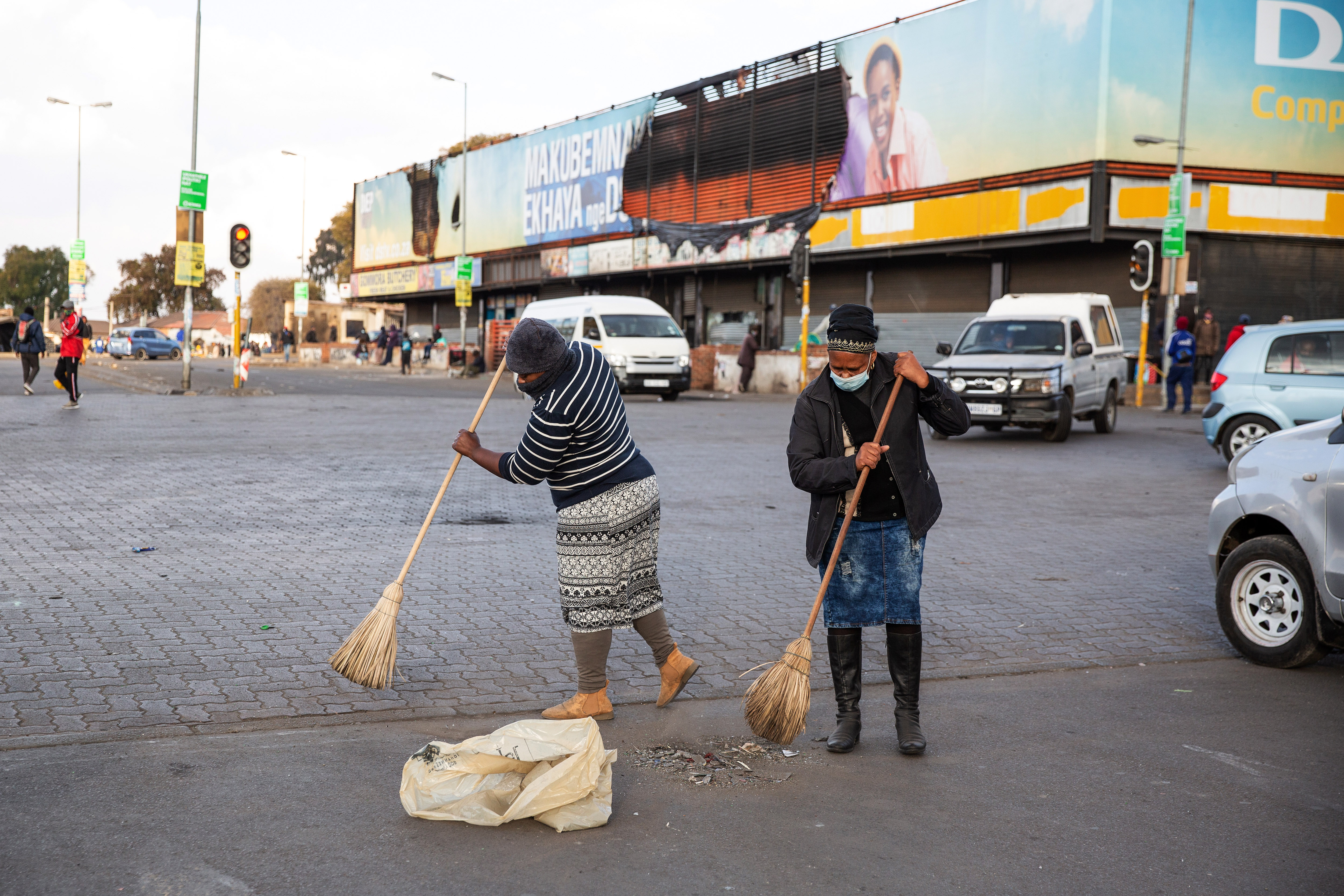 Residents of Alexandra Township begin cleaning up after several days of looting on July 15, 2021 in Johannesburg, South Africa. (Photo by James Oatway/Getty Images)
