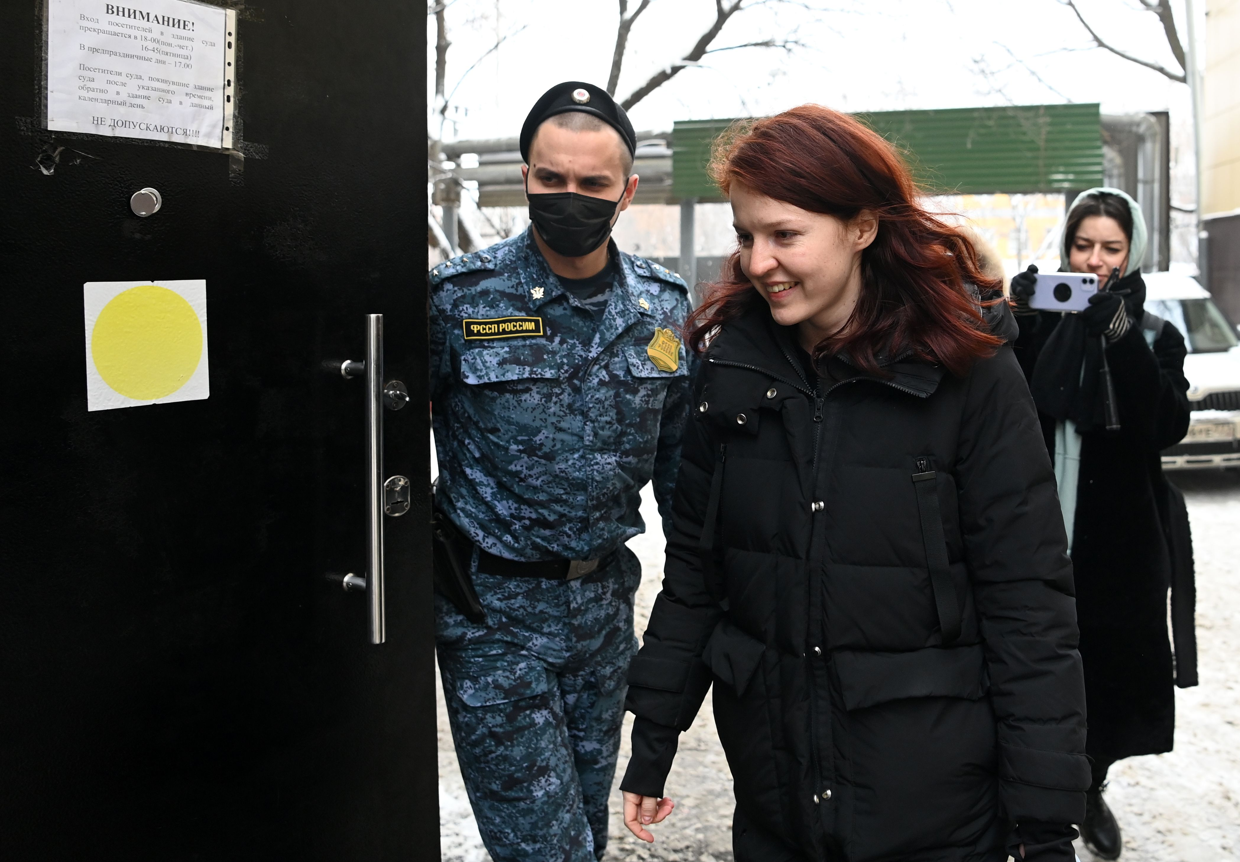 Russian opposition leader Alexei Navalny's spokeswoman Kira Yarmysh enters the Savyolovsky district court prior to a hearing into her case in Moscow. (Photo by KIRILL KUDRYAVTSEV/AFP via Getty Images)
