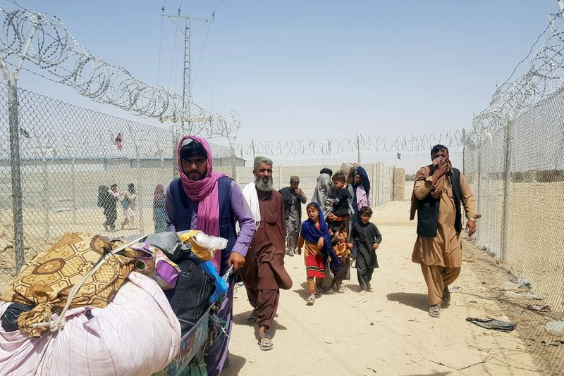 People crossing the Pakistan-Afghanistan border at the Friendship Gate in Chaman