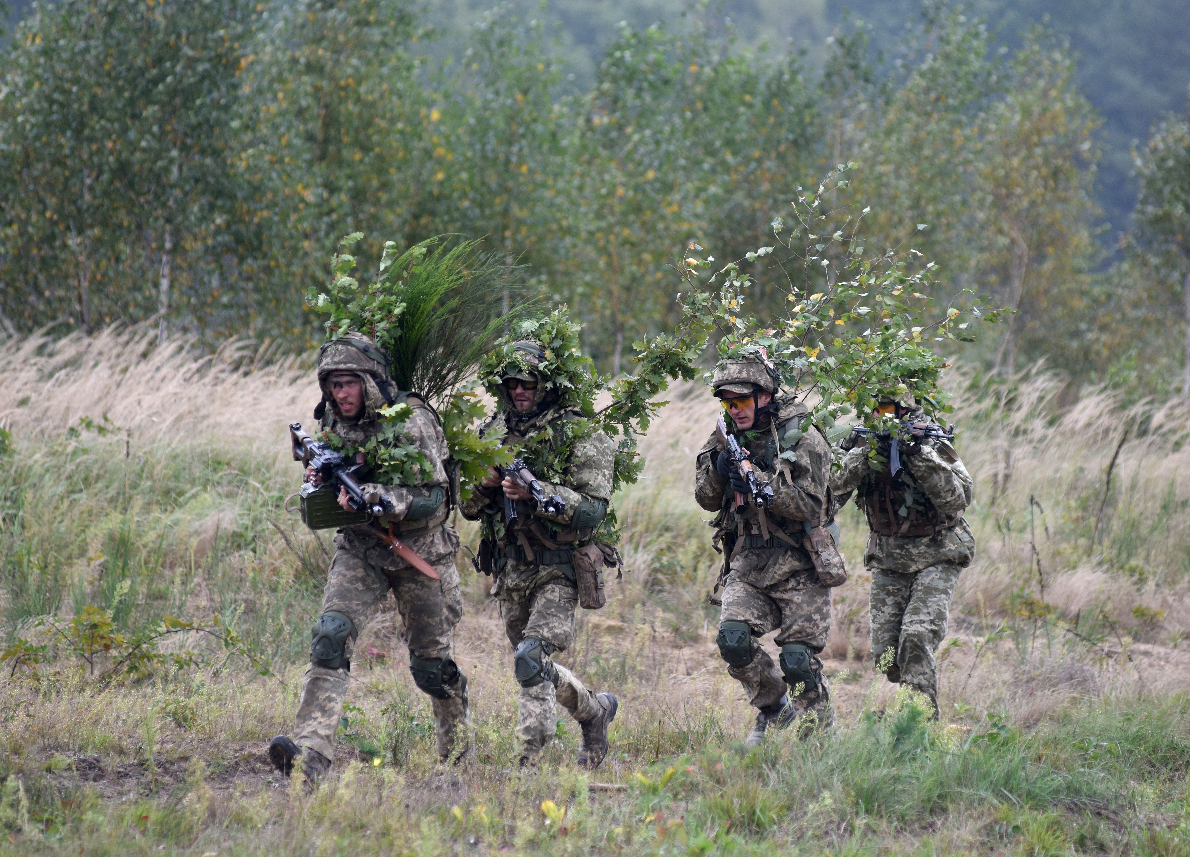 Ukrainian servicemen take part in the joint Rapid Trident military exercises with the United States and other NATO countries nor far from Lviv on September 24, 2021. (Photo by YURIY DYACHYSHYN/AFP via Getty Images)