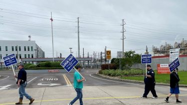 Exxon begins phone campaign to win Texas refinery worker votes for contract – union